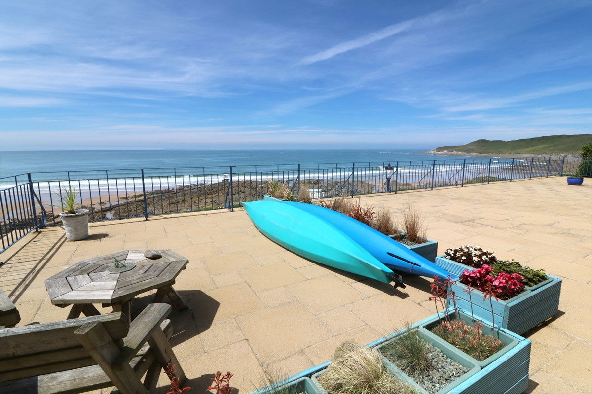 Kitchen island with electric hob - Devon Beach Penthouse Woolacombe Holiday Cottages Sea
