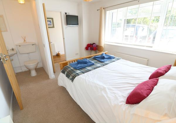 Croyde Holiday Cottages Pebbles Rest Downstairs Bedroom En Suite
