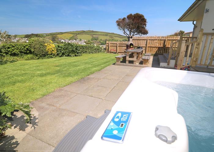 Croyde Holiday Cottages Pebbles Rest Hot Tub And Lawn