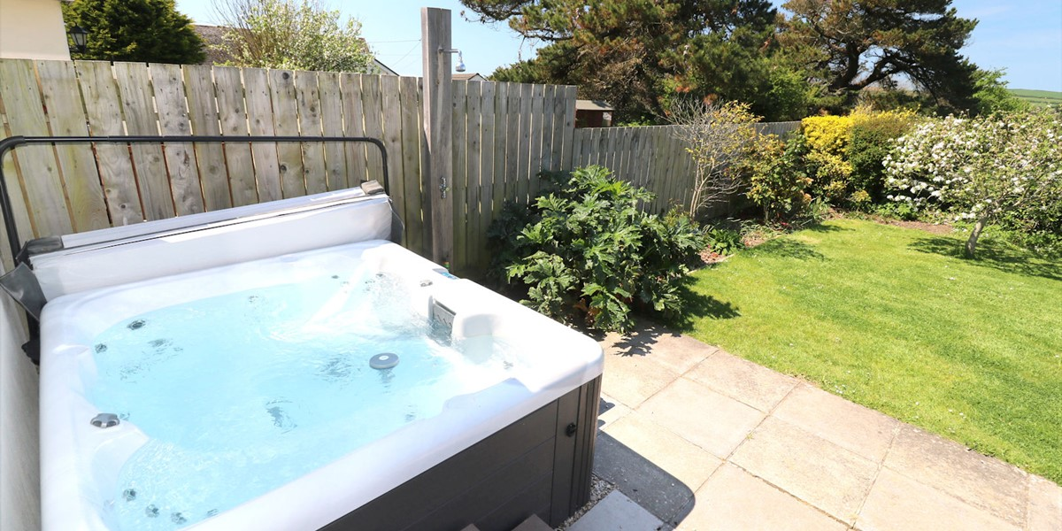 Pebbles Rest Croyde Holiday Cottages Hot Tub