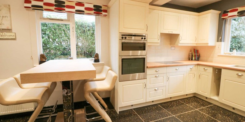 Blue Pearl Croyde Holiday Cottage Kitchen 2