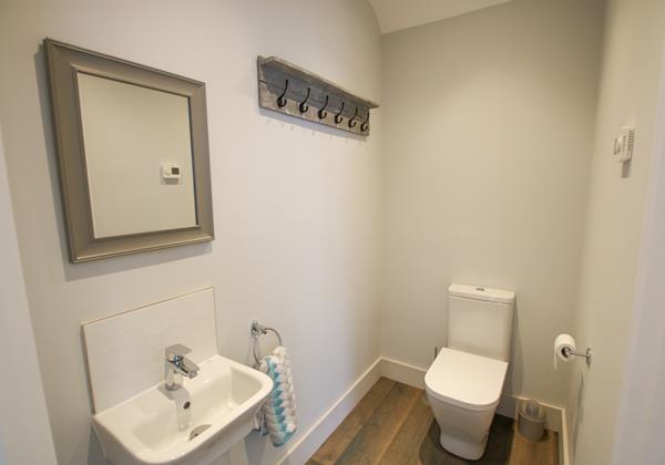Mondos Croyde Holiday Cottage Cloakroom