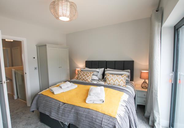 Mondos Croyde Holiday Cottage Master Bedroom With Bi Fold Doors