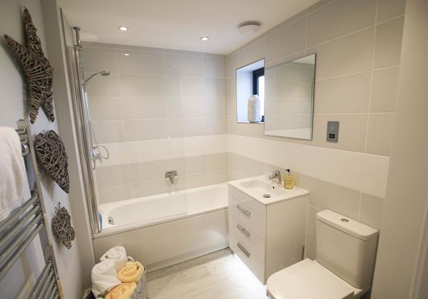 Tresona Croyde Holiday Cottage Main Bathroom