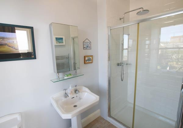 The White House Croude Holiday Cottage Ensuite