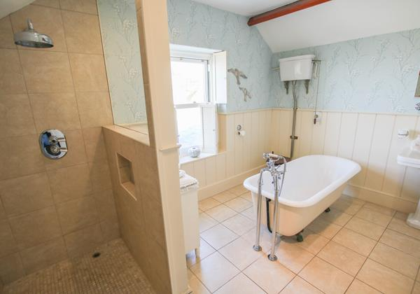 The White House Croyde Holiday Cottage Family Bathroom