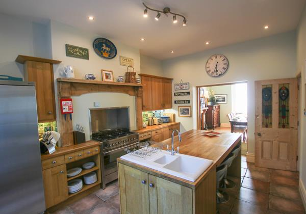 The White House Croyde Holiday Cottage Kitchen To Dining Room