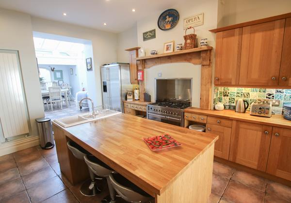 The White House Croyde Holiday Cottage Kitchen