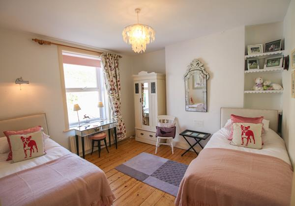 The White House Croyde Holiday Cottage Pink Twin Room