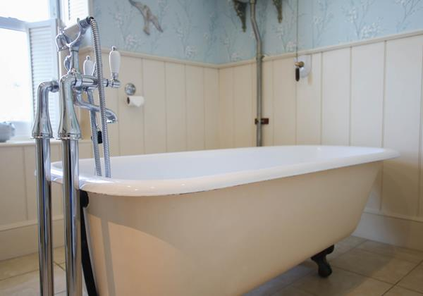 The White House Croyde Holiday Cottage Roll Top Bath