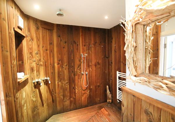 The White House Croyde Holiday Cottage Wet Room