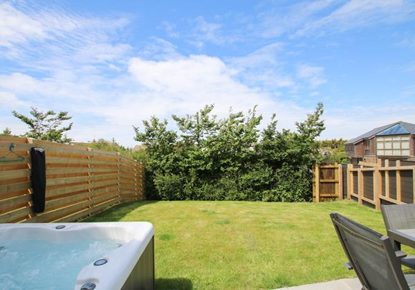 Mondos Croyde Holiday Cottage Garden With Hot Tub