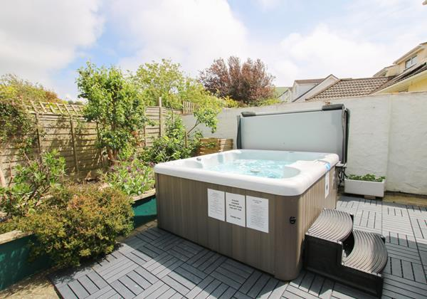 Hideaway Hot Tub And Back Garden
