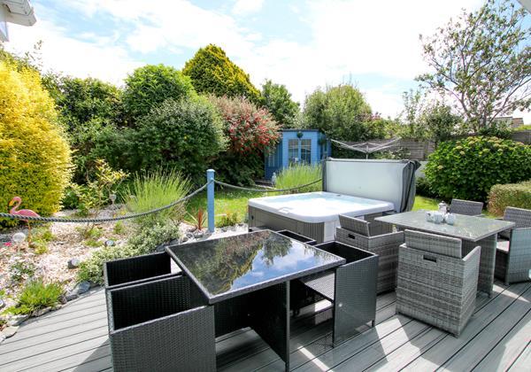 Blue Pearl Croyde Holiday Cottgaes Hot Tub Garden