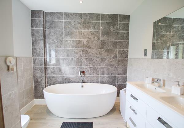 Sharlands Croyde Holiday Cottage Master Bath Details