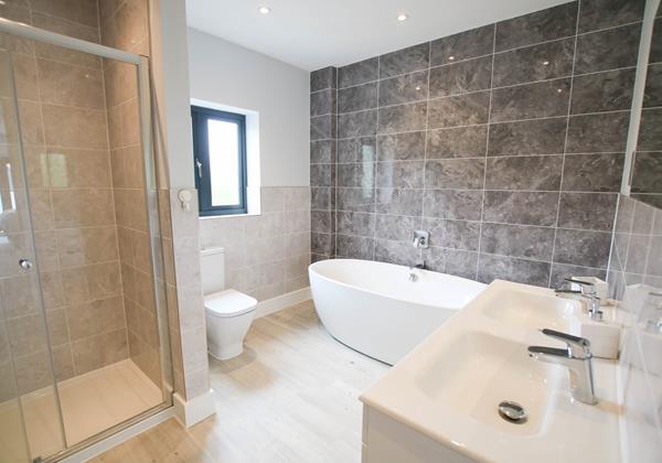 Sharlands 11 Croyde Holiday Cottages Master Bathroom