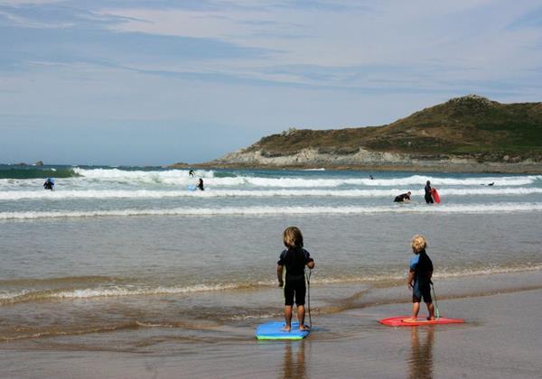 CHILDREN SURFING BARICANE HORIZ