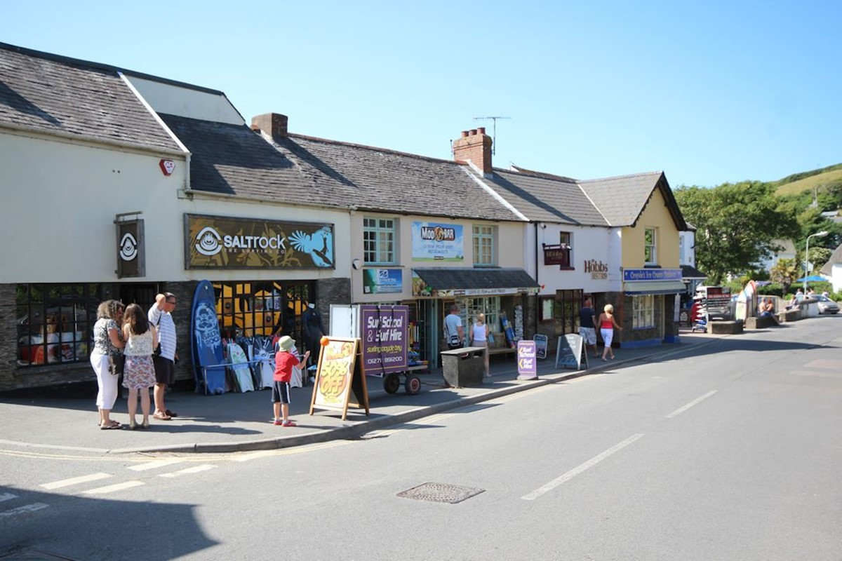 Croyde Village With Surfshops Bistros Ocean Cottages